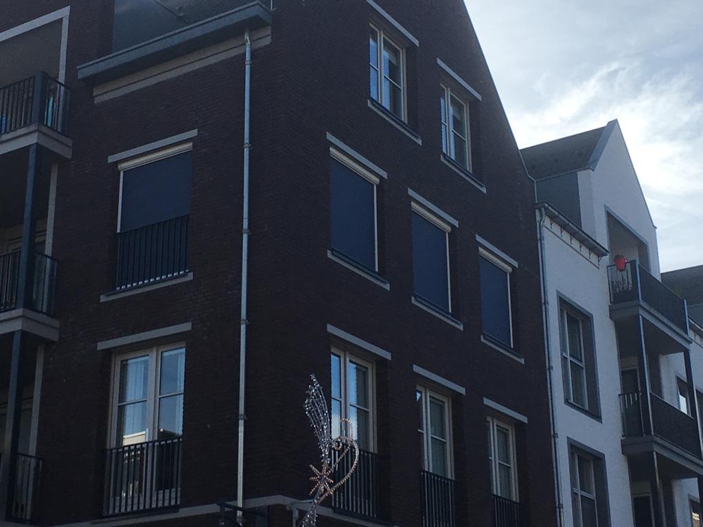 Ritsscreens geplaatst van binnen uit in het centrum van Bemmel (1)