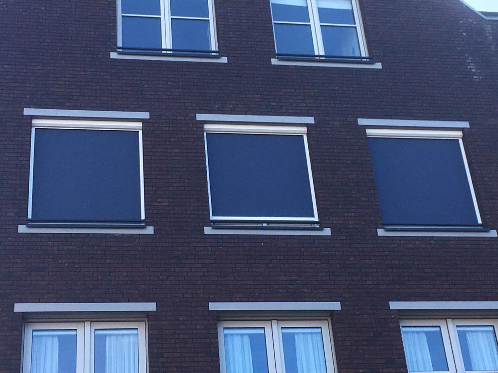 Ritsscreens geplaatst van binnen uit in het centrum van Bemmel (2)